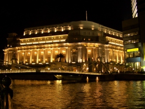 Fullerton_Hotel_in_Singapore_at_night_-_modery